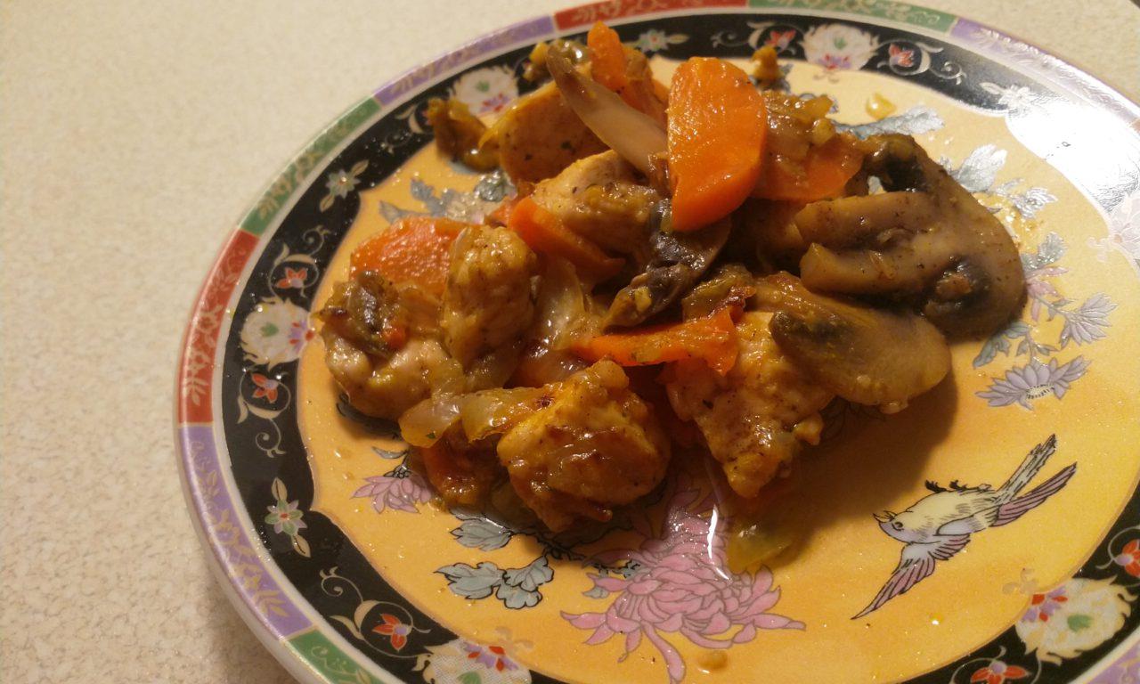 Duszenina indycza z pieczarkami i marchewką